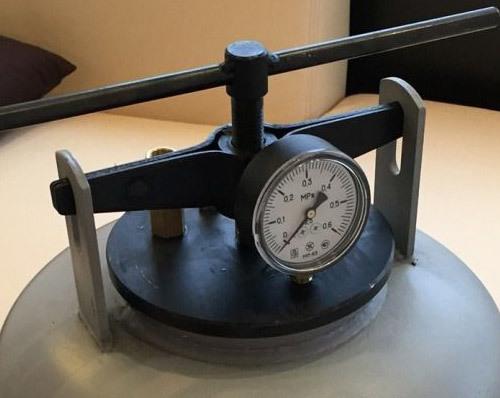 Бытовой автоклав-стерилизатор оснащен манометром и упорами для плотной фиксации крышки