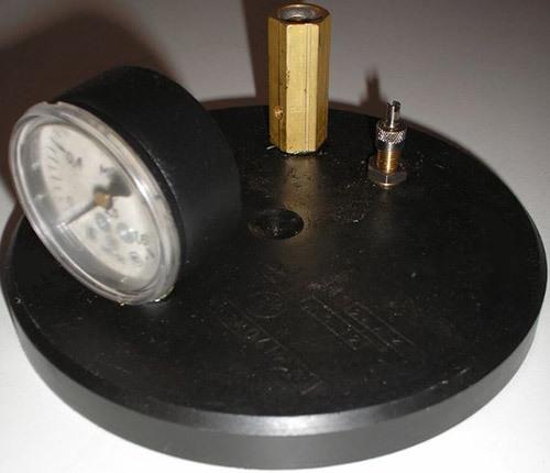 В крышку автоклава-стерилизатора встроен ниппель для регулирования давления внутри бака