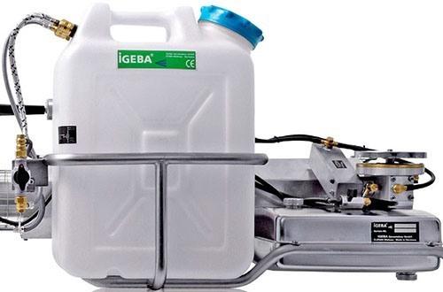Бак для рабочей жидкости очень быстро устанавливается на генератор и также быстро снимается благодаря особой системе креплений (нажмите, чтобы увеличить)