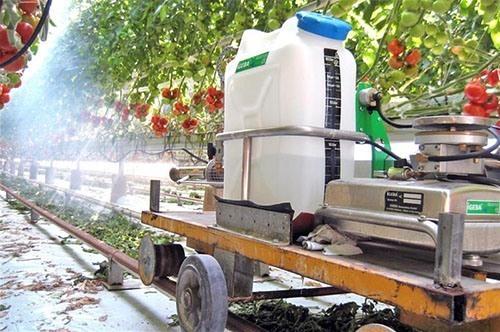 Пример использования генератора горячего аэрозоля на передвижной вагонетке в теплице (нажмите, чтобы увеличить)