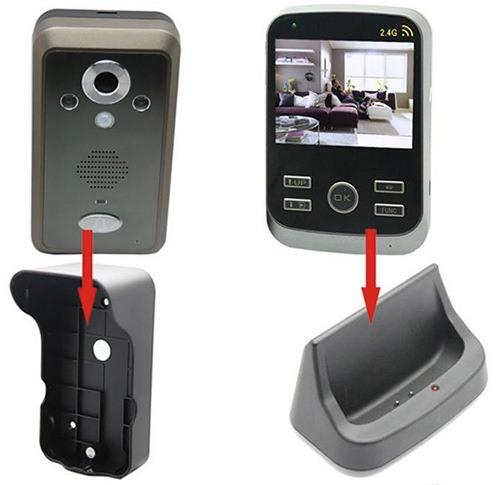 """Вызывная панель (слева) помещается в специальный защитный """"бокс"""" с козырьком, монитор (справа) может ставиться вертикально в подставку-зарядник"""