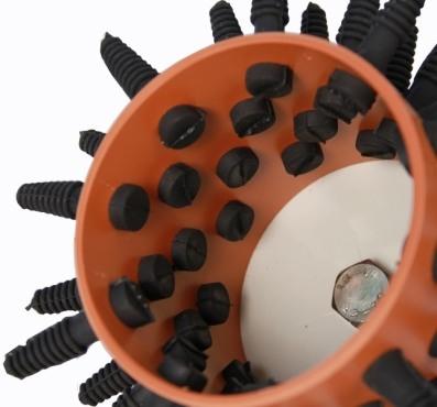 Бильные пальцы перосъемной насадки быстро ощипывают перья и удаляют чешую